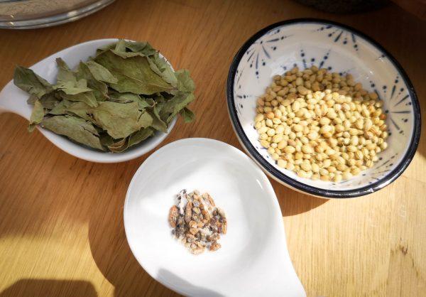 Kardamom, Koriandersamen und Curry Blätter