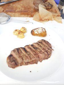 Rinderfilet mit Kartoffeln und Kräuterbutter