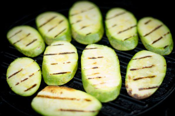 Gegrillte hellgrüne Zucchini