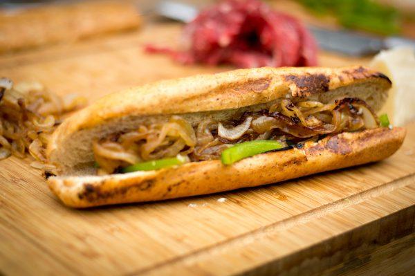 Philly Chieese Steak Sandwich - Baguette füllen mit Zwiebeln und Paprika