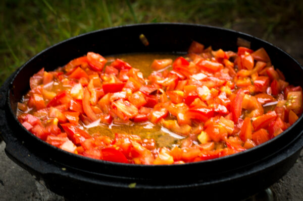 Tomaten im Dutch Oven aufkochen