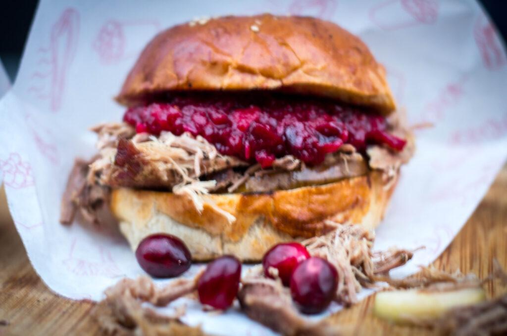 Pulled Duck Burger mit cranberry Chutney und gegrillter Birne