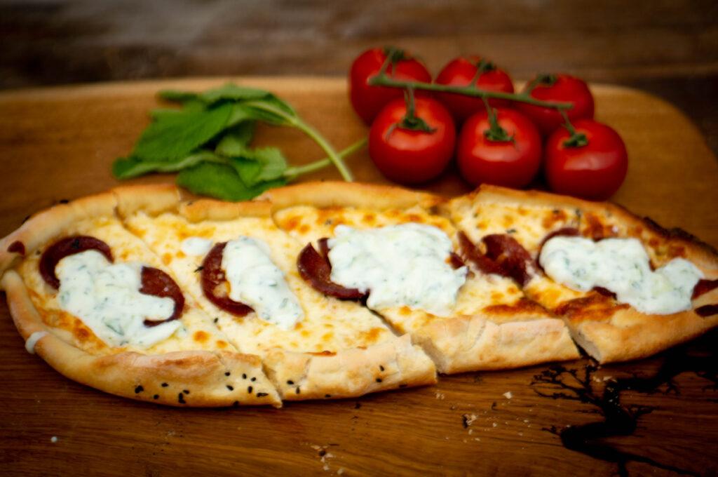Türkische Pide mit Sucuk und Käse