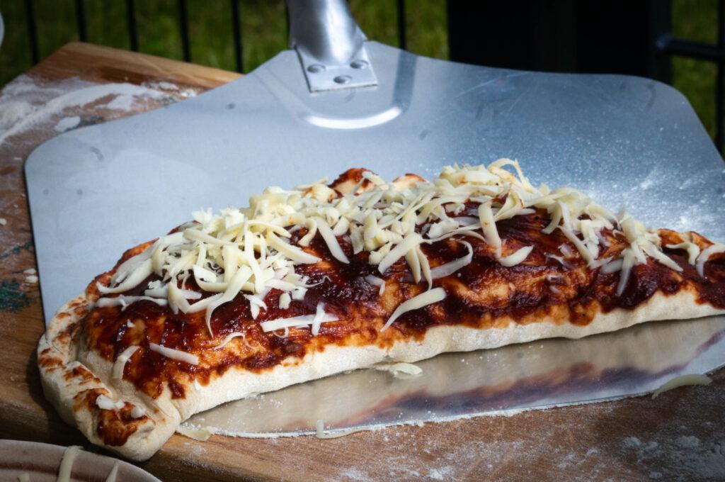 Gefüllte Pizza zubereiten