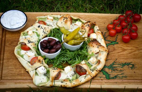 Griechischer Pizzaring mit Souvlaki