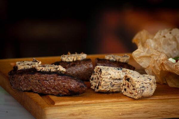 Straußen Steak mit Black Garlic Butter